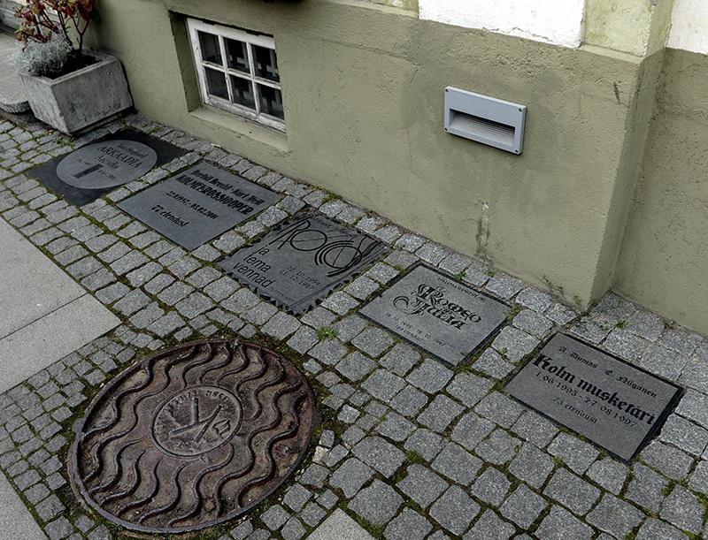 Linnateatri mälestusahvlid Laial  tänaval