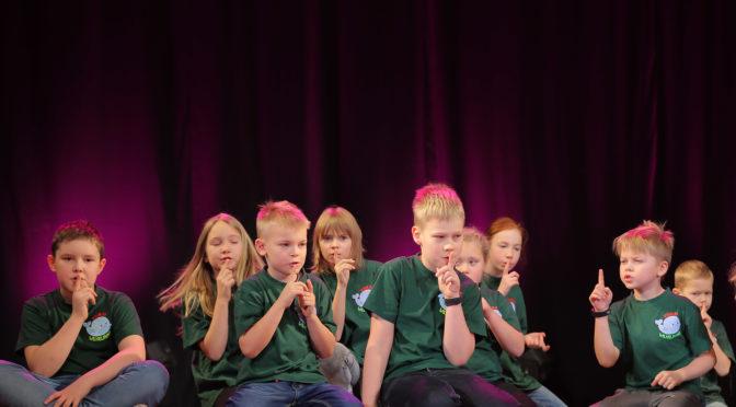 Poisid ja tüdrukud avasid Jõgeval Lehte Hainsalu luuletusi